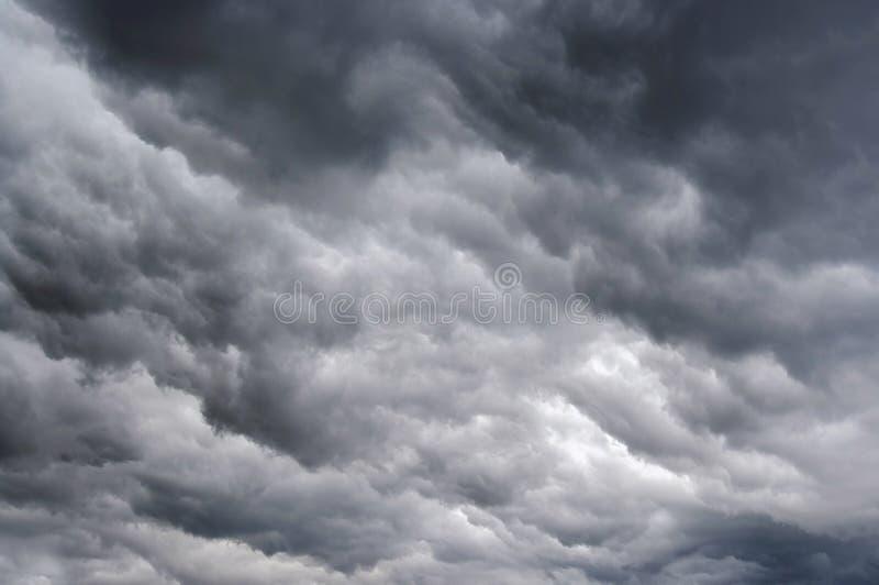 Nuages pluvieux foncés photo stock