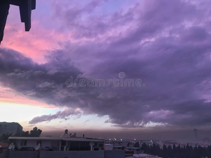 Nuages pourpres sur le ciel images stock