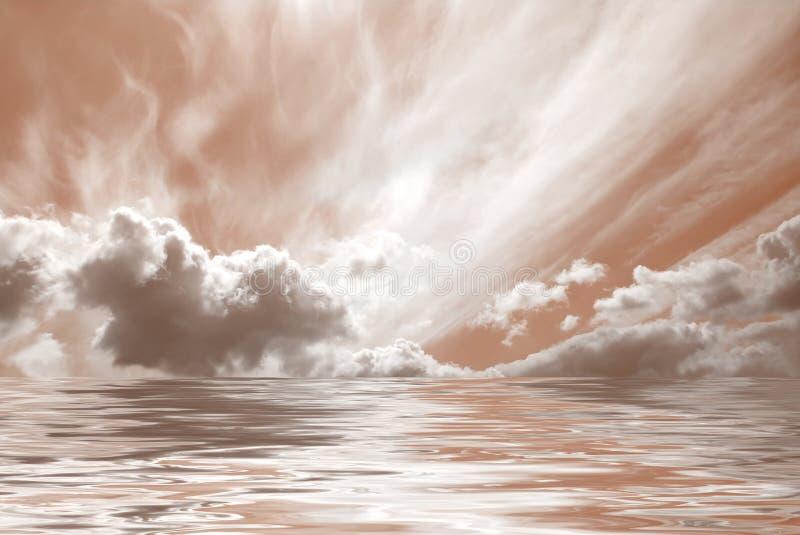 Nuages reflétés dans l'eau images libres de droits