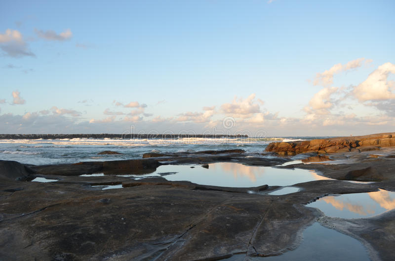 Download Nuages Reflétés Dans Les Roche-piscines Image stock - Image du abandonné, vide: 87702097