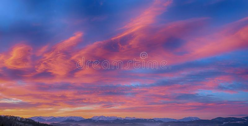 Nuages roses dans les montagnes photographie stock