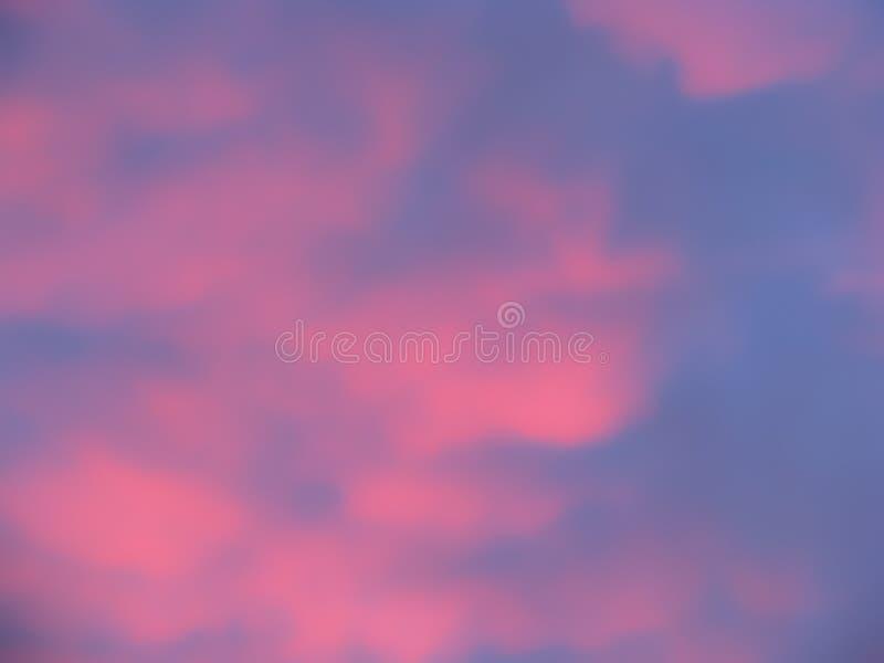Nuages roses et fond mou de foyer de ciel bleu photo stock