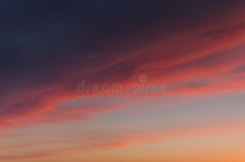 Nuages rouges au lever de soleil photo stock