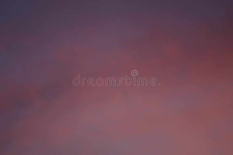 Nuages rouges dans les rayons du soleil image stock