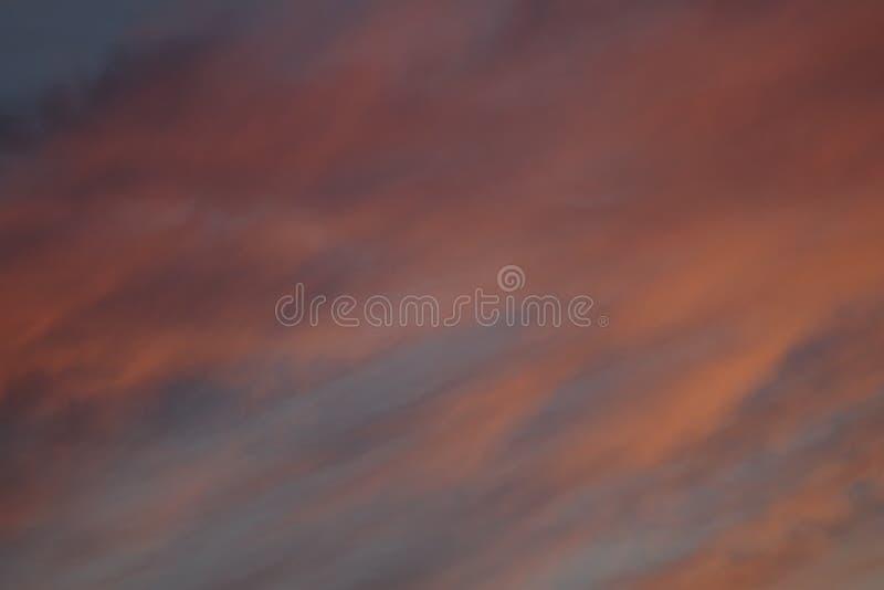 Nuages rouges dans les rayons du soleil photos libres de droits