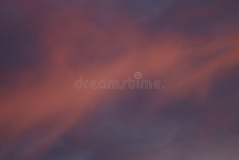 Nuages rouges dans les rayons du soleil images libres de droits