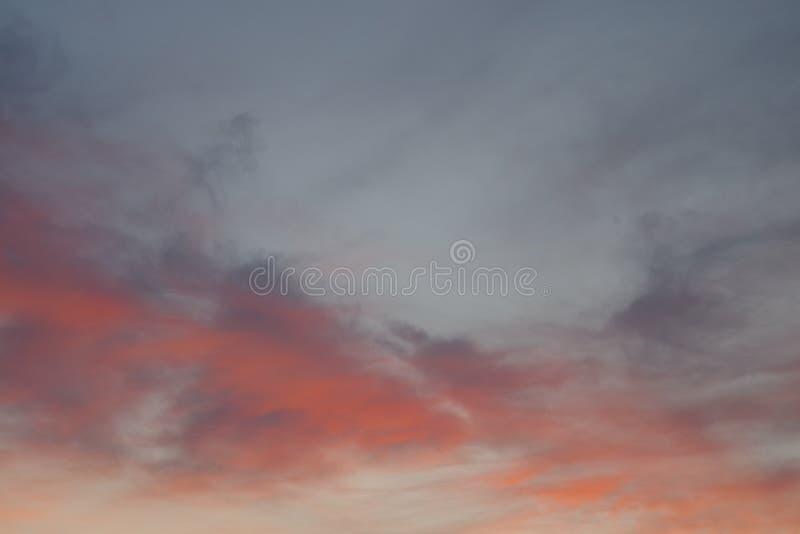 Nuages rouges dans les rayons du soleil images stock