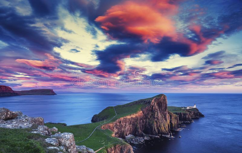 Nuages rouges de coucher du soleil au-dessus de phare de point de Neist images libres de droits