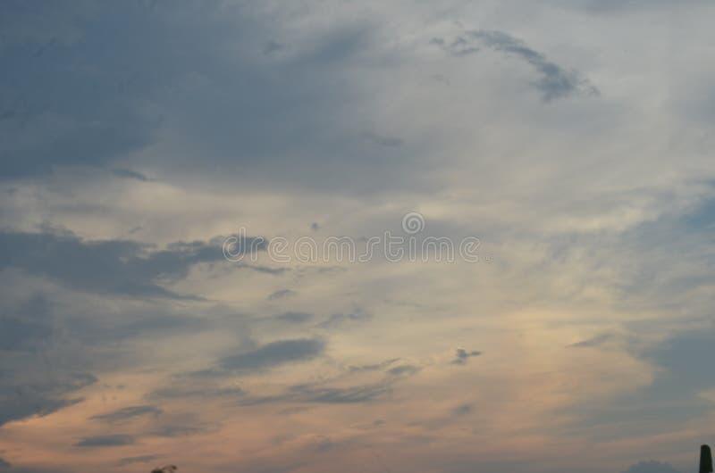 nuages rouges et bleu-bleu de rougissement pendant l'après-midi autour d'Amazone images stock