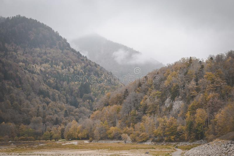 Nuages roulant par des montagnes d'automne le jour foncé et déprimé VOSGES, France photo stock