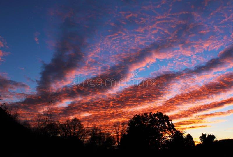 Nuages sauvages de matin atteignant pour commencer le jour photographie stock libre de droits