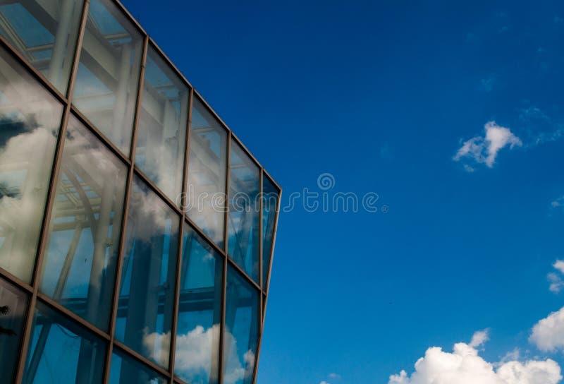 Nuages se reflétant dans le bâtiment en verre photos libres de droits