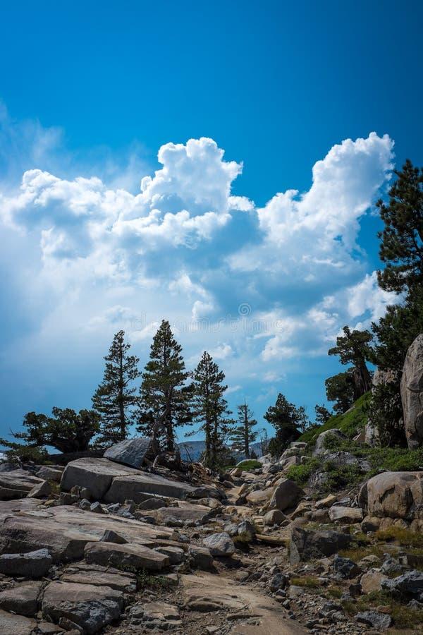 Nuages stupéfiants dans Tahoe, la Californie images stock