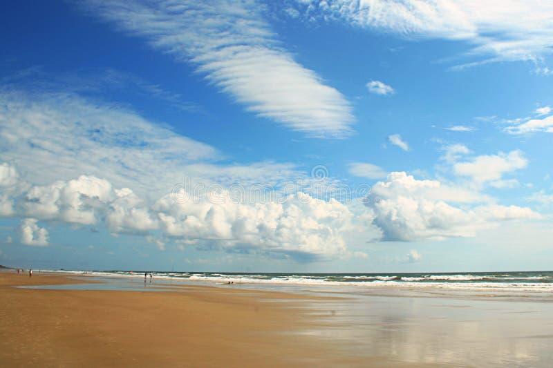 Nuages sur la plage photos stock