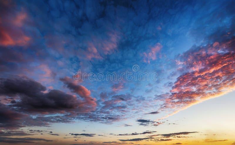 Nuages sur le beau fond de ciel de coucher du soleil photo libre de droits
