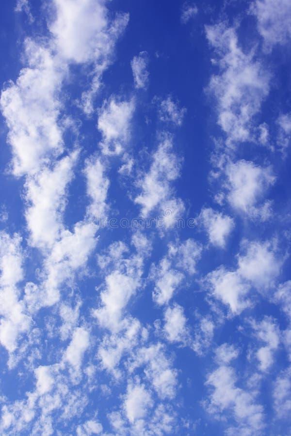 Nuages sur le ciel images libres de droits