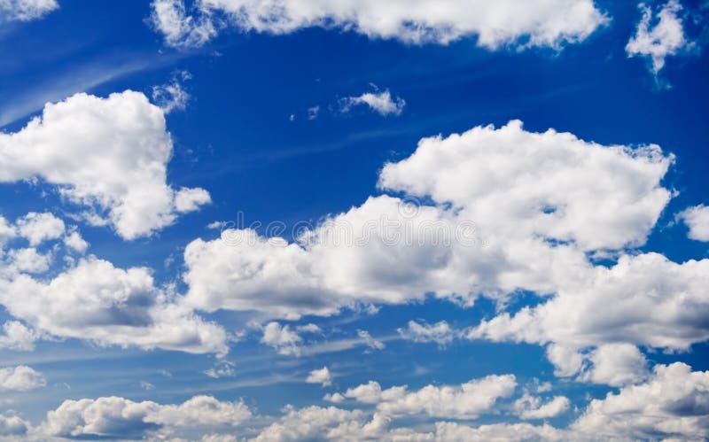 Nuages sur le ciel photos stock
