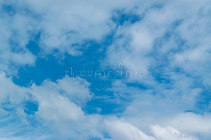 Nuages sur le ciel bleu photo stock