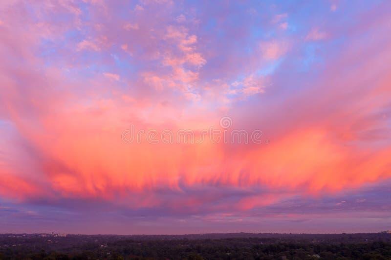 Nuages sur le feu avec la couleur dans le lever de soleil de matin image libre de droits