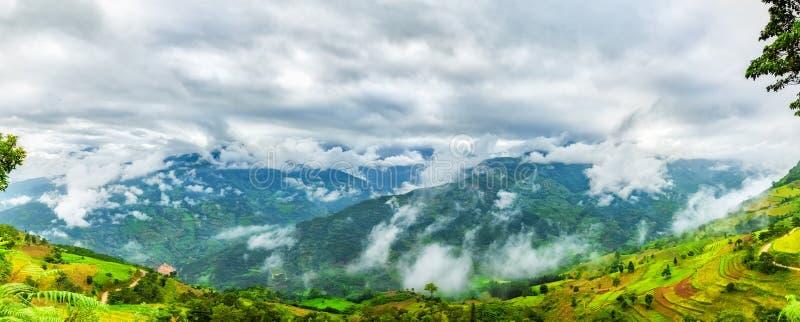 Nuages sur les montagnes du nord-ouest, Vietnam image libre de droits