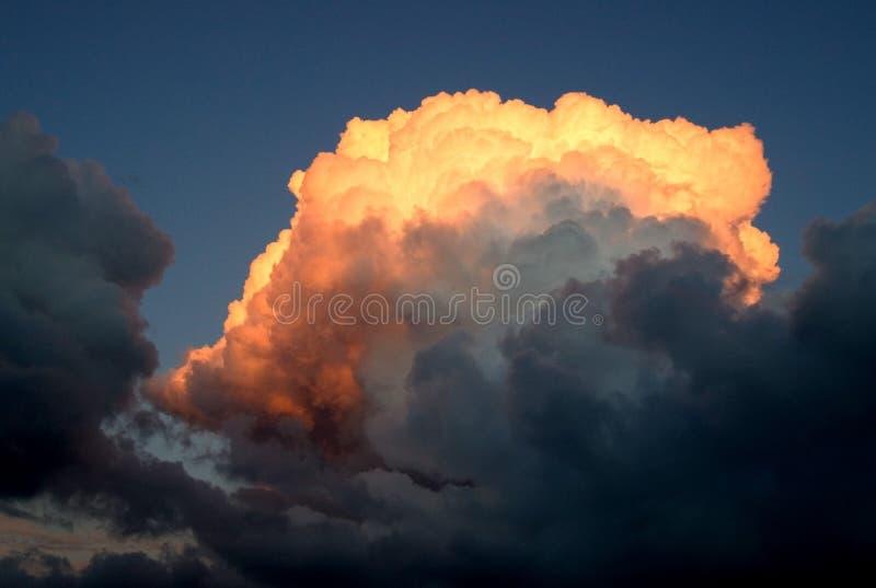 Nube arancione su un tramonto fotografia stock libera da diritti