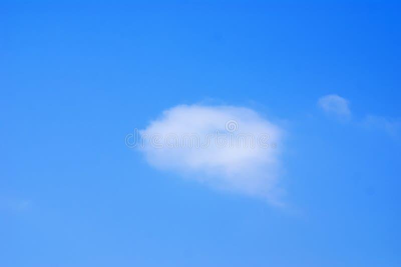 Nube bianca in cielo blu immagini stock