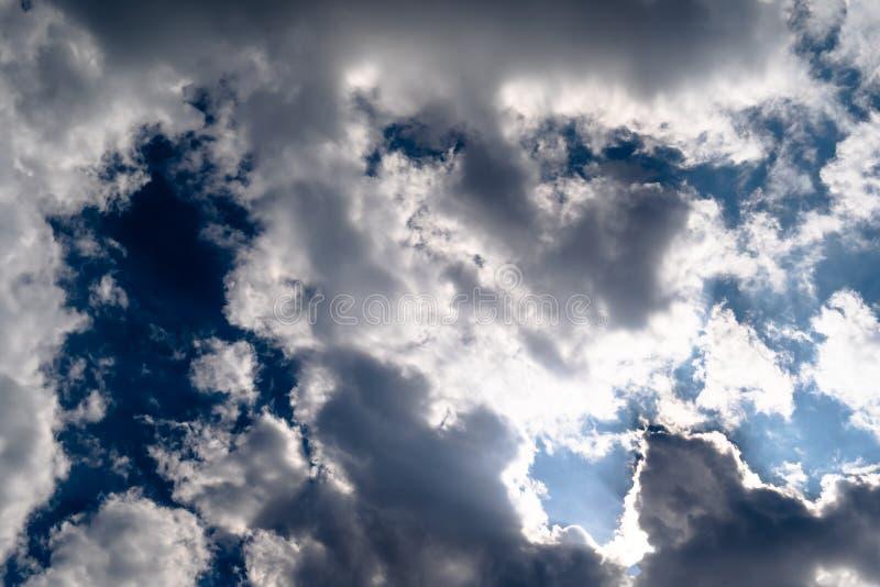 Nube blanca dispersada dramática y cielo azul con luz del sol imagenes de archivo