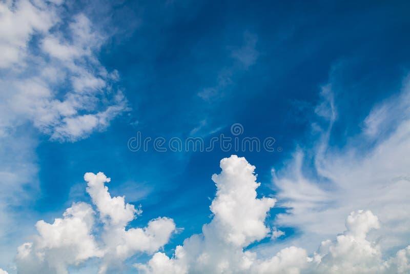 nube blanca en el cielo fotos de archivo libres de regalías