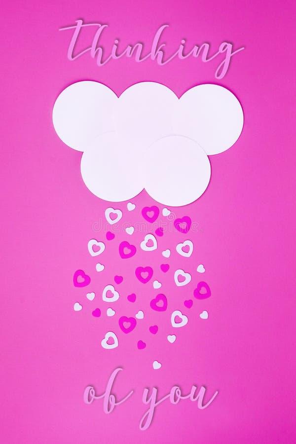 Nube blanca en fondo rosado con los corazones del rosa y blancos que caen abajo como nieve fotografía de archivo libre de regalías