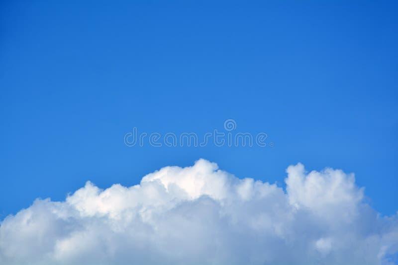 Nube blanca grande en el cielo azul fotos de archivo