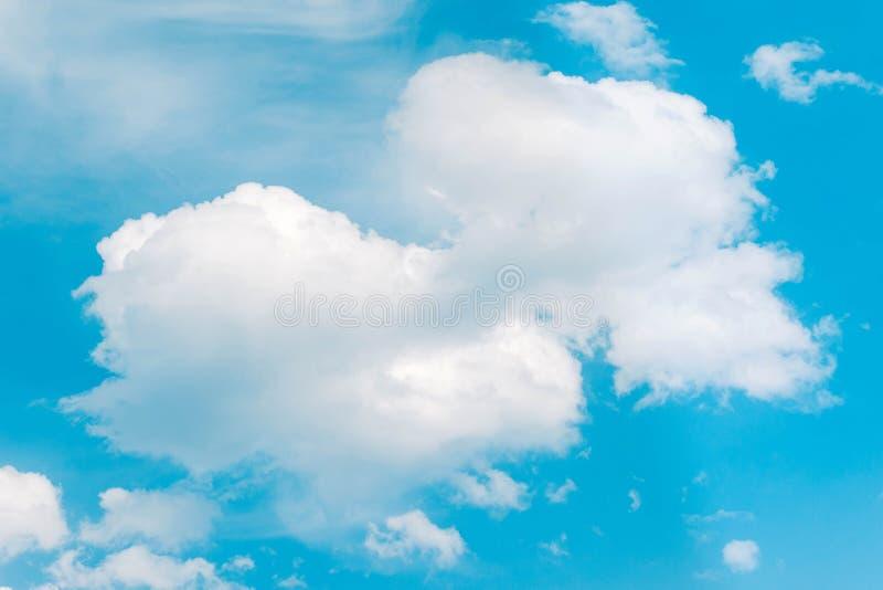 Nube blanca grande hermosa del fondo del extracto en el cielo azul imágenes de archivo libres de regalías