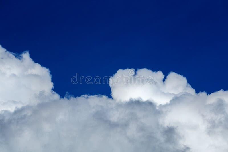 Nube blanca y cielo azul en la luz del d?a Lente tirada cercana del telehoto del ingenio y filtro de polarizaci?n con la composic imagenes de archivo