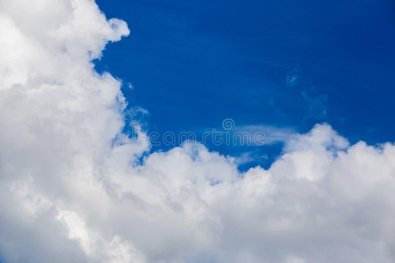 Nube blanca y cielo azul en la luz del d?a Teleobjetivo tirado cercano del ingenio y filtro de polarización con la composición mi imagen de archivo