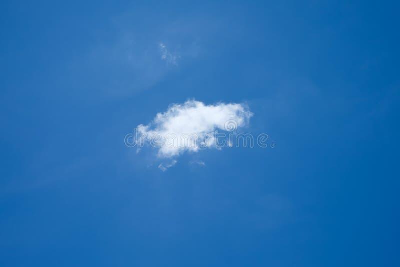 Nube in cielo blu immagini stock libere da diritti