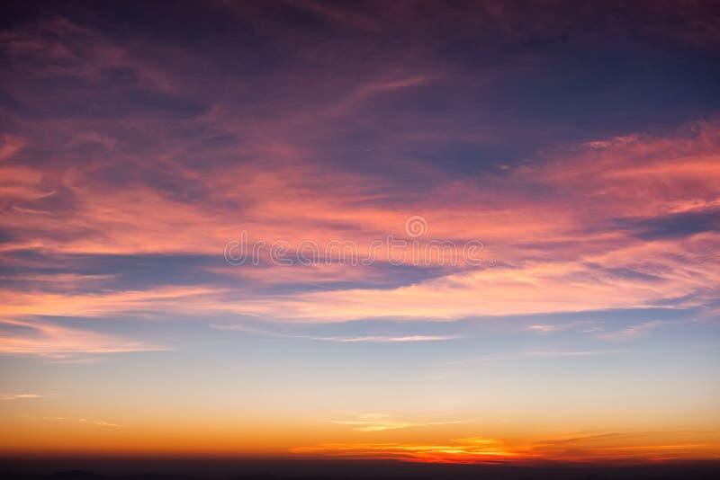 Nube colorida en cielo azul en la puesta del sol imagen de archivo
