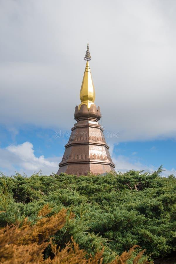 Nube con la pagoda imagenes de archivo