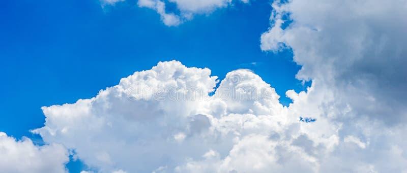 Nube de cúmulo en el cielo azul imágenes de archivo libres de regalías