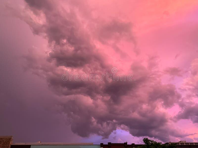 Nube de cumulonimbus que forma durante un sistema de la tormenta en la puesta del sol en Illinois fotografía de archivo libre de regalías
