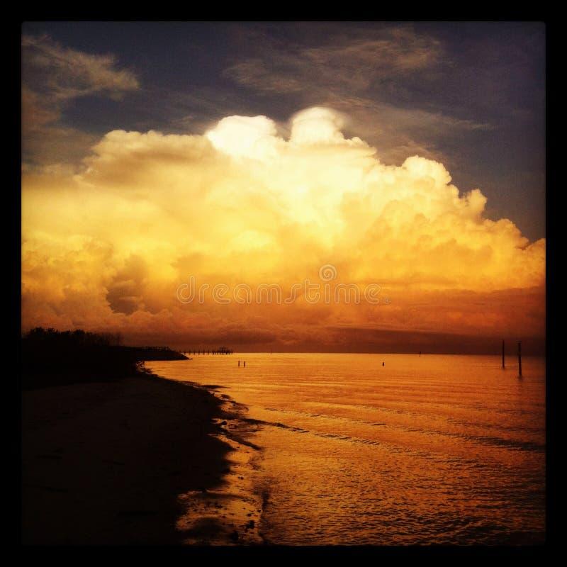 Nube de la tempestad de truenos sobre Tampa Bay imagen de archivo libre de regalías