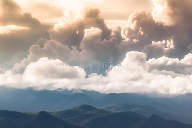 Nube de lluvia en la montaña por la tarde. fotografía de archivo libre de regalías