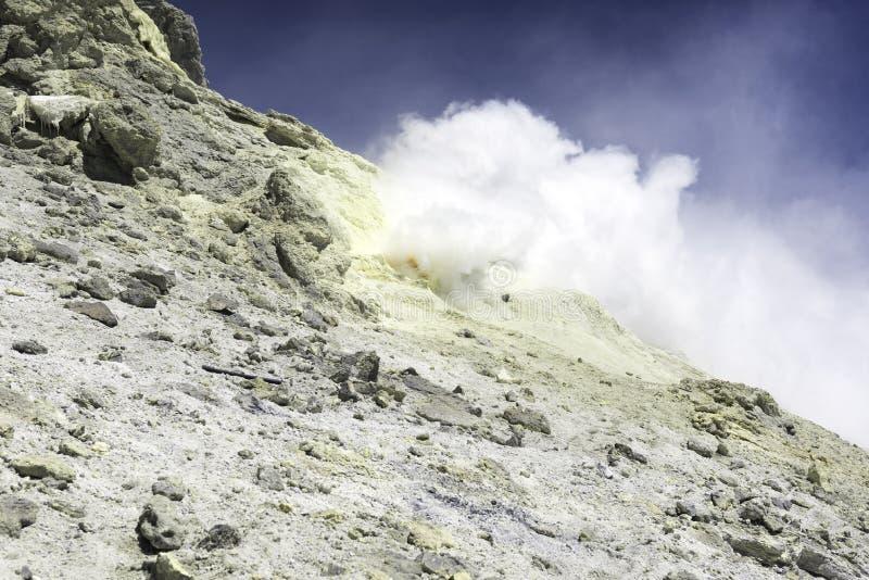 Nube de los sulfuros de los minerales que suben del volcán imagen de archivo libre de regalías