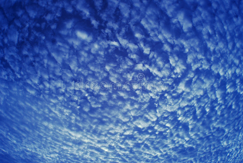 Nube del modelo y cielo azul fotos de archivo