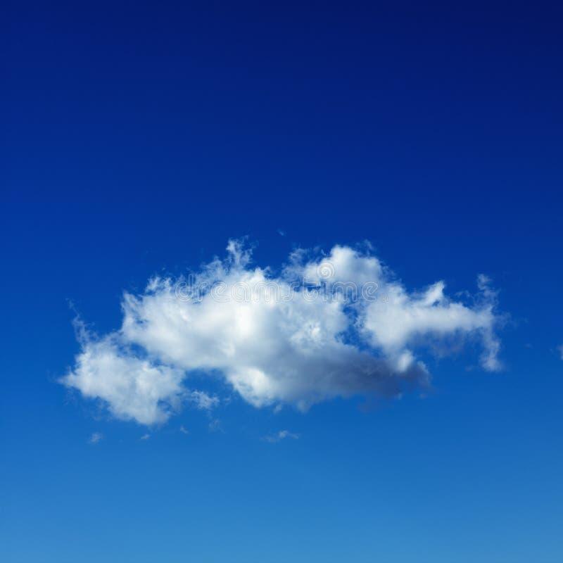 Nube di cumulo in cielo blu. fotografie stock