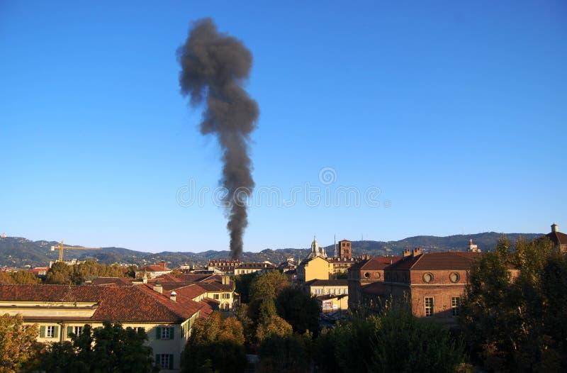 Nube di fumo sopra Torino fotografia stock libera da diritti