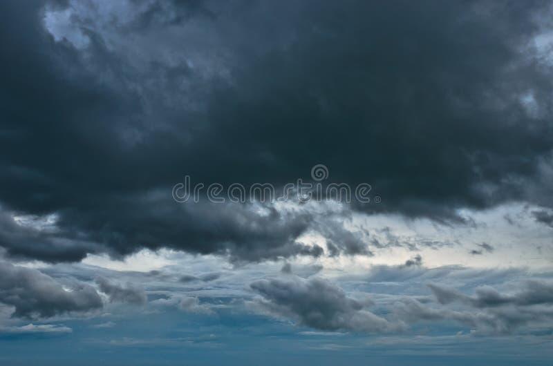Nube di pioggia nel cielo fotografie stock