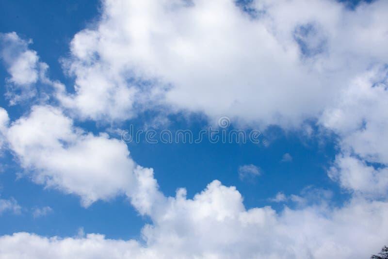 Nube e cielo blu bianchi immagini stock libere da diritti
