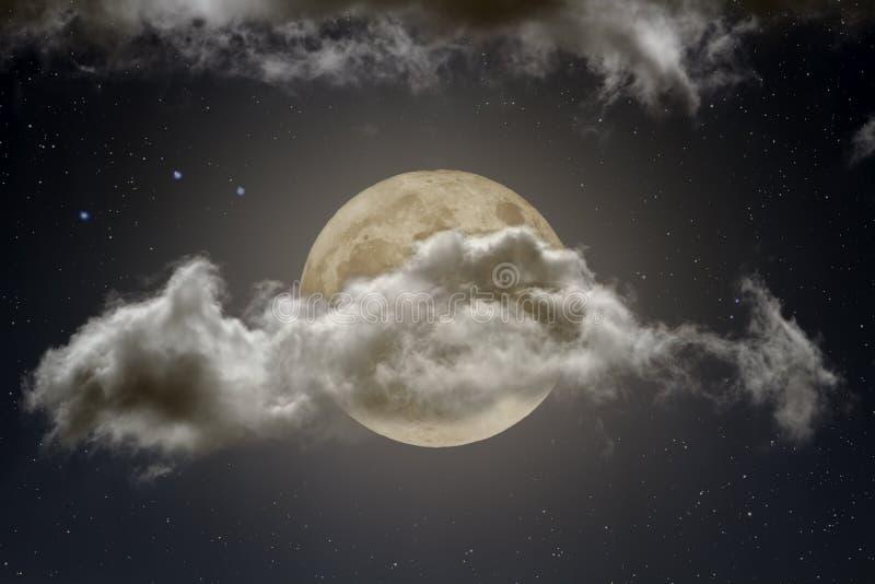 Nube fuerte que cubre una Luna Llena en la noche ilustración del vector