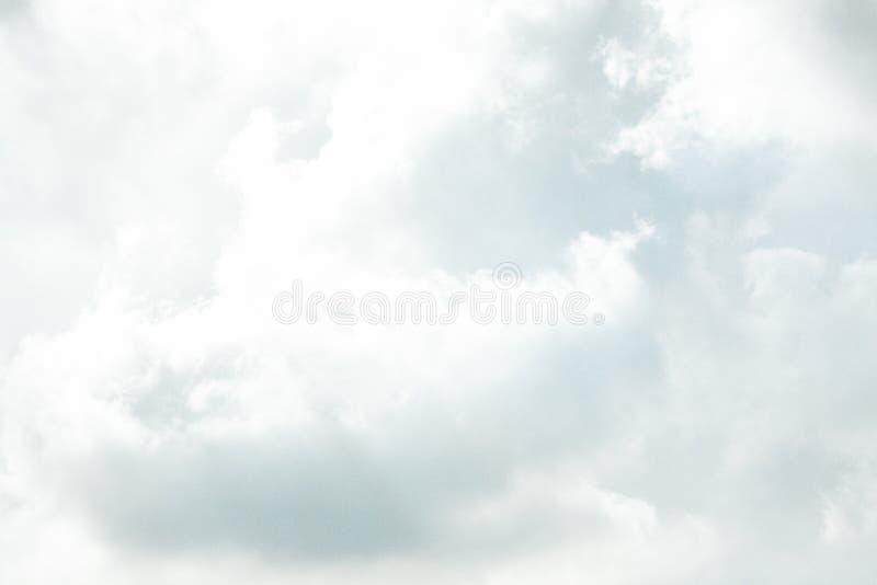 NUBE HERMOSA DEL CIELO AZUL DEL VERANO imagen de archivo