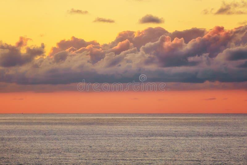 Nube hermosa sobre el mar en la puesta del sol imagen de archivo