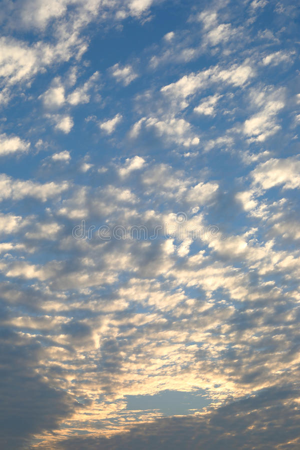 Nube móvil hermosa sobre el cielo azul dramático de la puesta del sol nublado imagenes de archivo